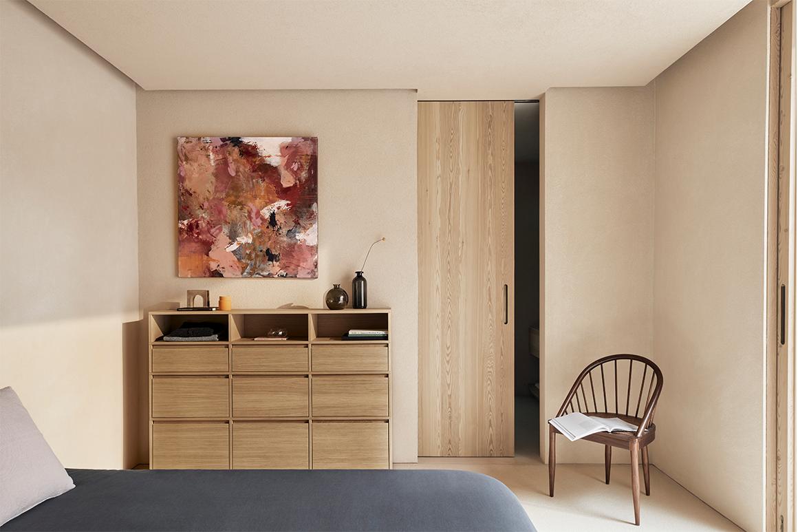 Tylko Veneer chest of drawers in a cozy bedroom